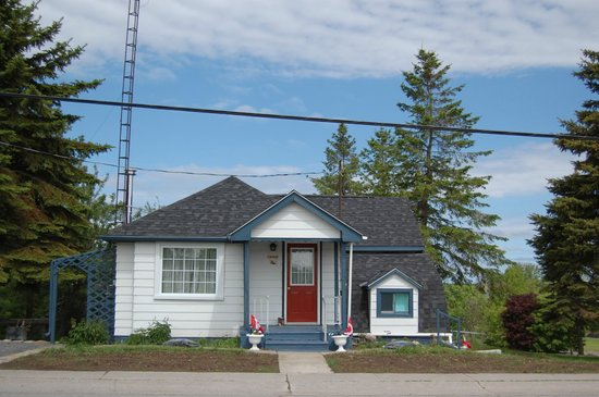 Arcanada Bed & Breakfast: Arcanada's Little White House.weekly rental $995 tax included