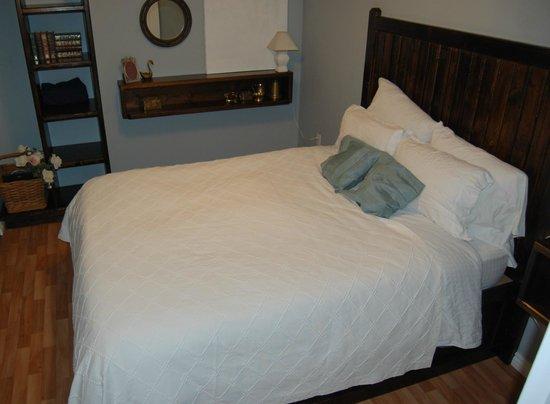 Arcanada Bed & Breakfast: Little White House...queensize bedroom.