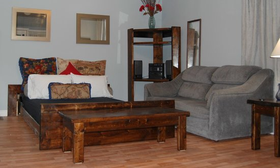 North Port, Canadá: Little White House ..roll away, double bed in livingroom.