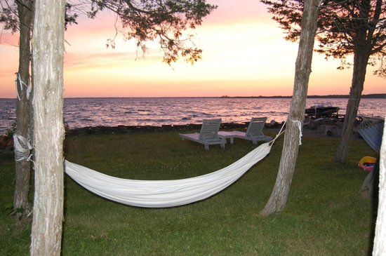 Arcanada Bed & Breakfast: Relax and enjoy the hammocks down by the bay!