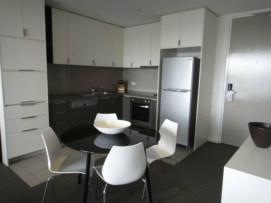 Caroline Serviced Apartments Brighton: the kitchen and dining area
