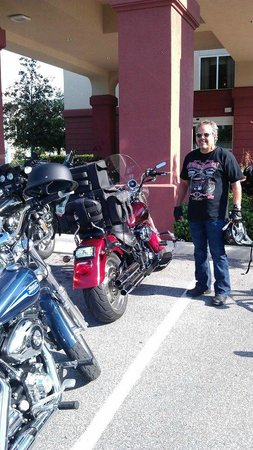 Hampton Inn Leesburg - Tavares: Bike fest Motorcycle parking lot - Hampton Inn Tavares