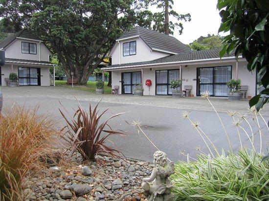 Camellia Court Motel: Garden view