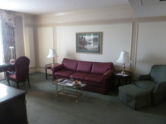Fairmont Hotel Vancouver: Coach in the a separate room