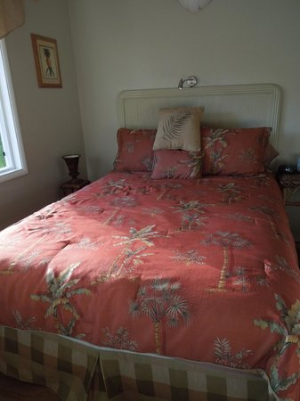 Eva Villa: cottage queen bed