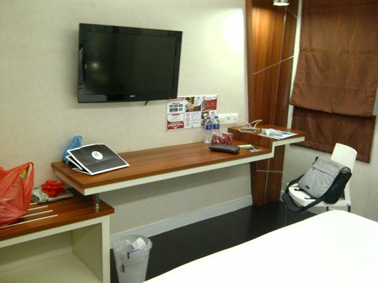 Harbour Plaza 8 Degrees: TV and desk