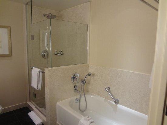 Sofitel Washington DC: Banheiro com banheira separada