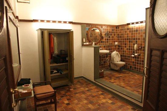 House Of Mangaldas Girdhardas: bathroom in the room