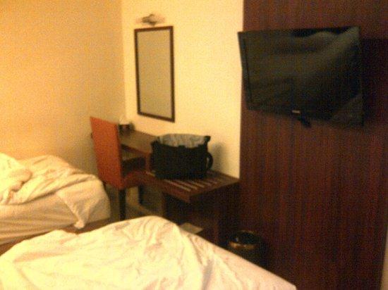 Grand Celino Hotel: TV and Desk