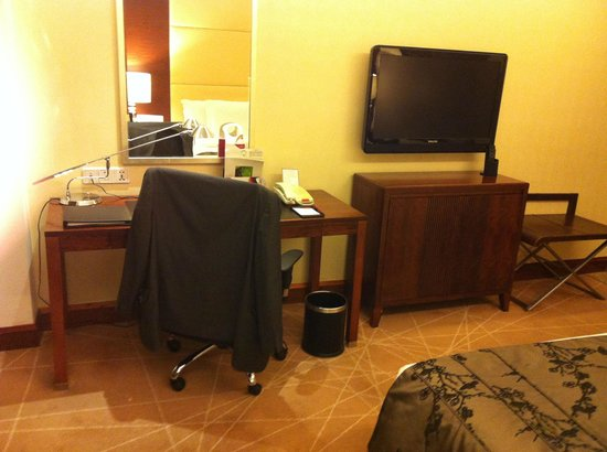 Crowne Plaza Beijing International Airport: Habitación, zona de trabajo