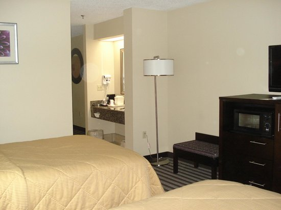 Comfort Inn Paducah: Beds looking to sink, TV and refrigerator
