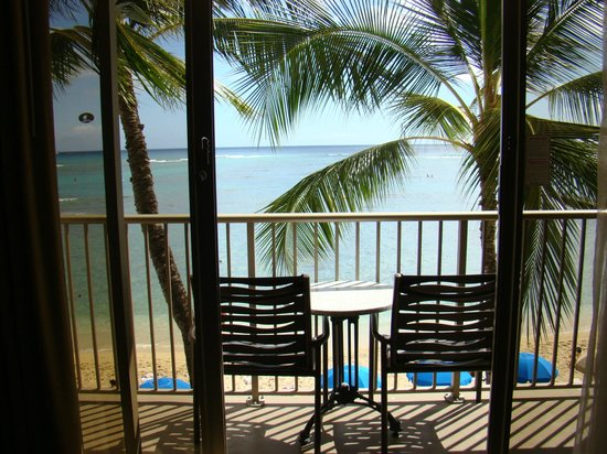 Outrigger Reef Waikiki Beach Resort: The view from our beach front room - 3rd floor