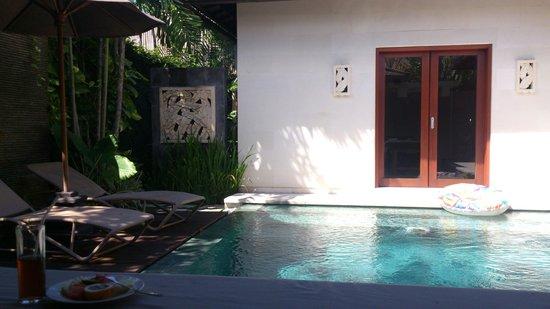Disini Luxury Spa Villas: プールサイドと朝のカットフルーツ