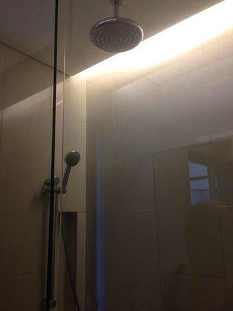 Grand Inna Kuta: Rain Shower head - Bathroom