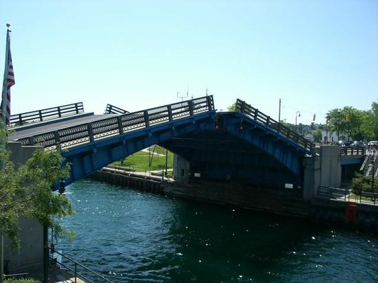 Stafford's Weathervane Restaurant: Drawbridge and the main channel is right by the outside seating!