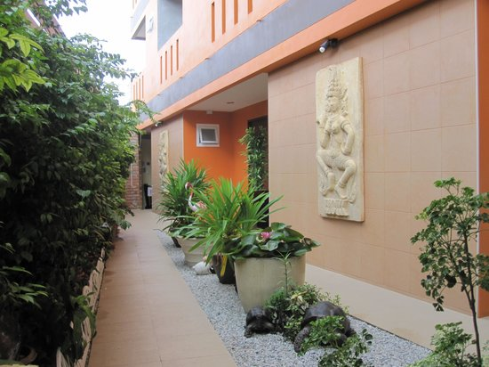 Baan Kamala : Small Garden/Entrance