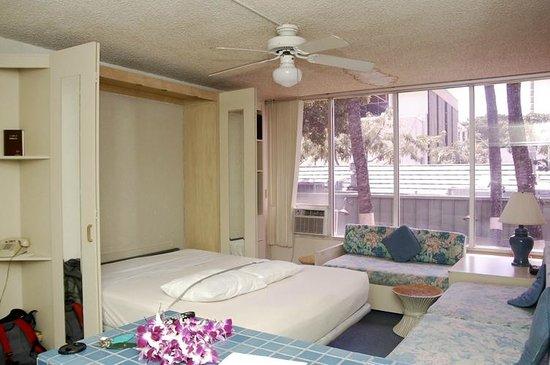 Kuhio Banyan Club: murphy bed down - not much space to walk around