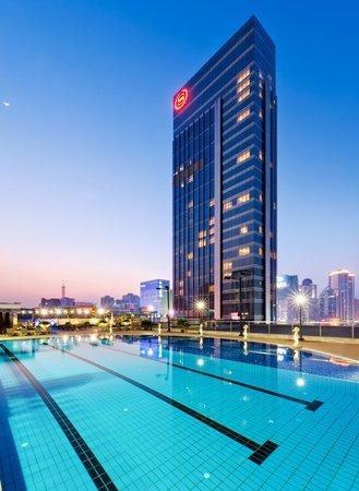 Sheraton Guangzhou Hotel: Outdoor Heated Swimming Pool (Night View)
