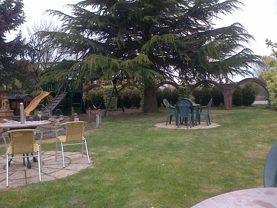Ffolkes Arms Hotel: The lovely garden
