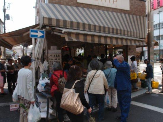 Sunamachi Ginza Shopping Street: 列を作ってもおいしいものを買いたい