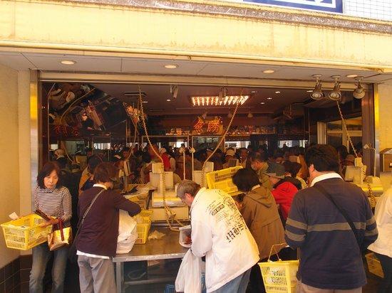 Sunamachi Ginza Shopping Street: 鮮度がよくて激安だから人だかり