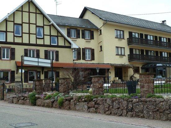 Parc Hotel Wangenbourg : entrée de l' hôtel et une partie des chambres