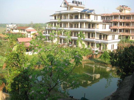 Hotel Monalisa Chitwan: Hotel Mona Lisa met rechts visvijver.