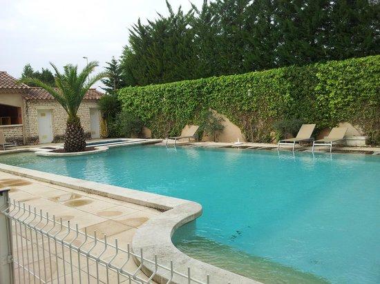 Hotel Lou Mistralou : Terrasse côté piscine