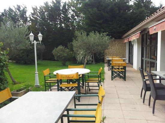 Hotel Lou Mistralou : Terrasse côté jardin