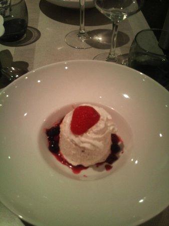 Hotel Lou Mistralou : Nougat glacé et son coulis de fruits rouges