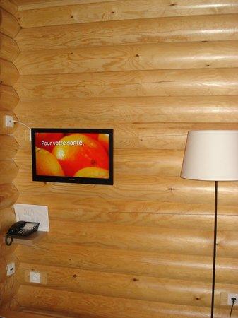 Le Pin Sylvestre: Le salon et son écran plat