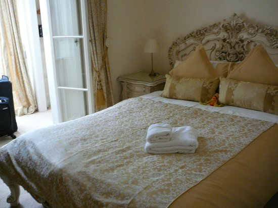 Silversprings St Davids: beautiful bed just watch that leg near the dressing room