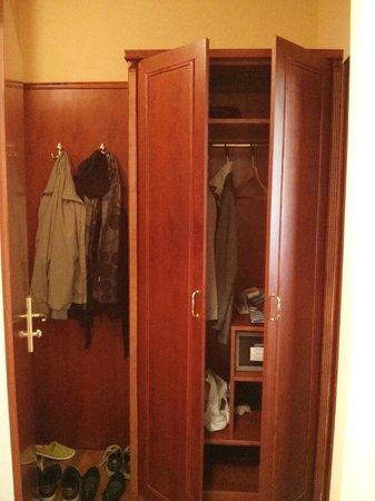 Hotel Belvedere: A decent closet