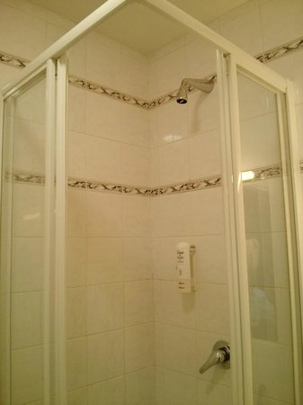 Hotel Belvedere: American style shower - you'll have to soak your head!