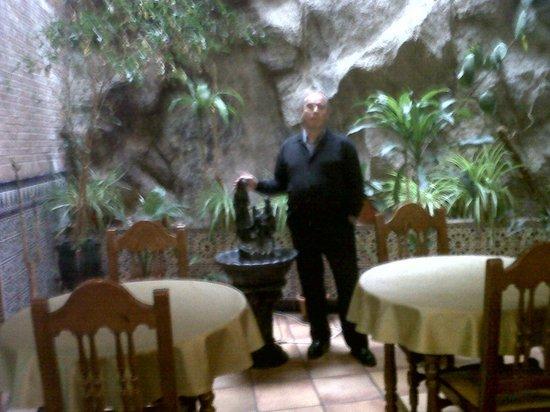 Hotel Princesa Galiana: con la pared de roca al fondo.
