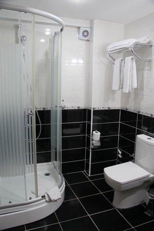 Basileus Hotel: Stylish bathroom