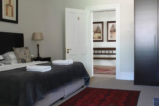 Underberg House : Spacious bedrooms, comfortable beds, crisp fresh white linen and down duvets
