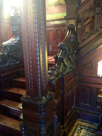Shakespeare Chateau Bed & Breakfast: Dragon Stairway