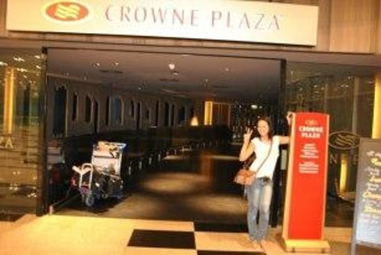Crowne Plaza Changi Airport: entrance inside of airport