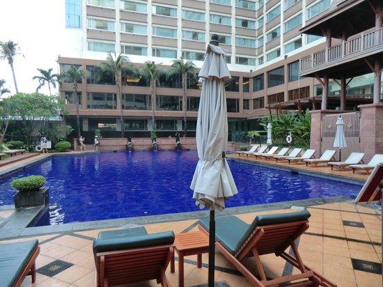 Ramada Plaza Bangkok Menam Riverside: Pool Area