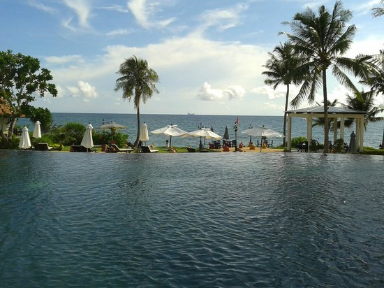 Rawi Warin Resort & Spa: Pool overlooking the ocean