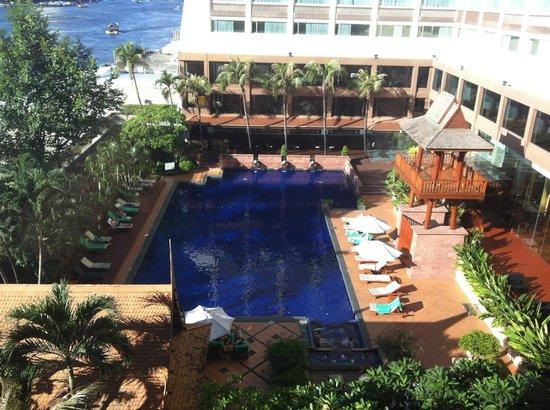 Ramada Plaza Bangkok Menam Riverside: Outdoor pool area