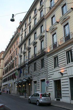 Veneto Palace Hotel: Hotel from street