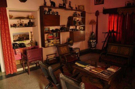 Explorer's Nest: living room