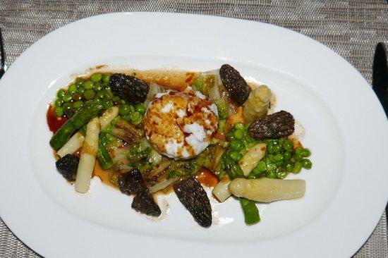 W Restaurant: Pochiertes Perlhuhnei mit Morcheln und Spargel