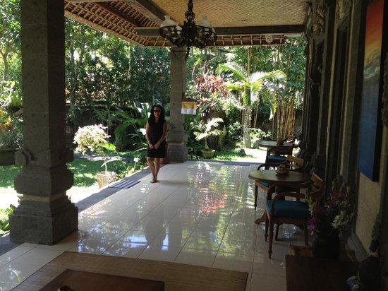Alam Shanti: amazingly huge verandah!!!