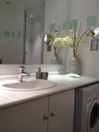 Caumartin 64 : 清潔なバスルーム
