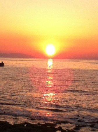 Home Hotel: tramonto dalla spiaggia a breve distanza dall'albergo