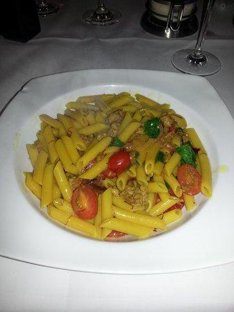 Il Valentino: Frische Pasta mit Datteltomaten und Salsiccia