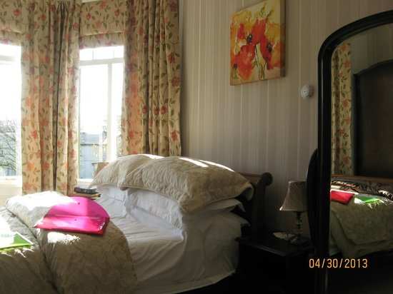 Green Gables Bed & Breakfast: Lovely sunshine filled the room. Cheval glass mirror to right